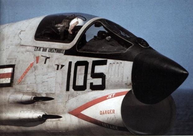 Pas-à-pas : Vought F-8E Crusader [Academy 1/72] - Page 2 Vf-211_pilot_salutes_cataput_crew_on_uss_hancock_cva-19_c1968