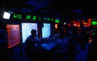 The combat information center aboard the USS Abraham Lincoln (CVN-72) (US Navy photograph/released)